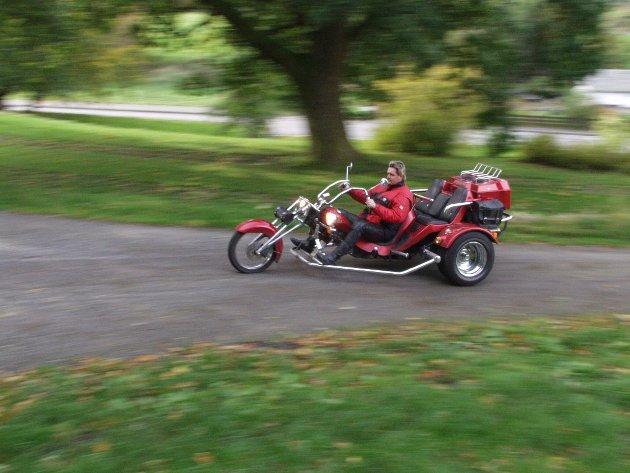 """Valebuen Arne Wiggo Ludvigsen hadde ein uvanleg motorsykkel som Kvinnheringen skreiv om i 2001, ein såkalla """"Boomtrikes"""", laga i Tyskland. Sykkelen kan reigstrerast både som bil og MC, og var skikkeleg gøyal å køyra, forsikra eigaren."""