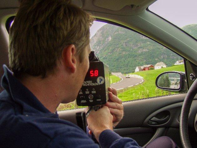 Dåverande lensmann Jan L. Fosse klar med laser i bilglaset. Dette var den første laserkontrollen lensmannskontoret heldt i Sunndal. Fartsgrensa på staden: 50 kilometer i timen.