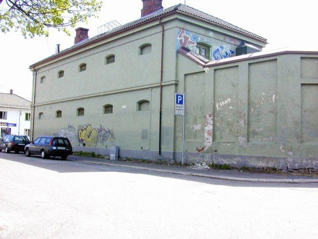 Slik var det: For noen år siden var det fengsel på Vestsiden i Kongsberg, der Prix-bygget er nå.