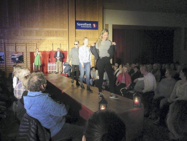 GØY: Det var mange kjente fjes på catwalken i Flesberg samfunnshus onsdag kveld.  Elevene gikk også på catwalken selv. I bakgrunnen står Kari Solibakke Klev, som var med og ledet showet.