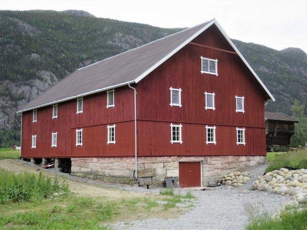 FIKK PRIS FOR LÅVEN: Denne låven og bevaringsarbeidet av den ga Gudrun og Arve bevaringsprisen 2019