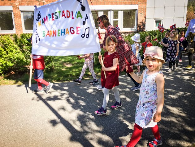 17. mai feiring med barnehagene rundt på Raumyr.