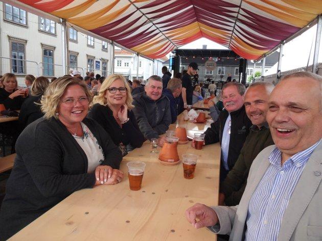 Fra venstre: Therese Børke (46), Unni Bjertne Imingen (51), Frank Imingen (52), Finn Moe (61), Hans Olav Hjartsjø (49) og Roger Nygård (61) er glad for at det igjen er tid for jazzfestival. - Vi har akkurat kommet, men håper det blir bra. Jazzen er et høydepunkt, forteller Therese.