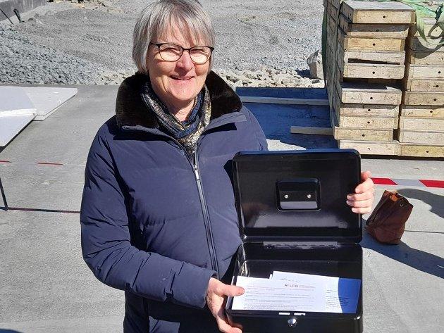 Regiondirektør Ellen Ølness Nadim med skrinet som danner grunnsteinen til Lågen ungdomshjem