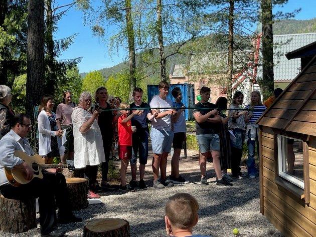 Åpnet lavvoen: 30. mai hadde 30 personer møtt opp for å få med seg gudstjeneste og åpning av den nye lavvoen i Tuft.