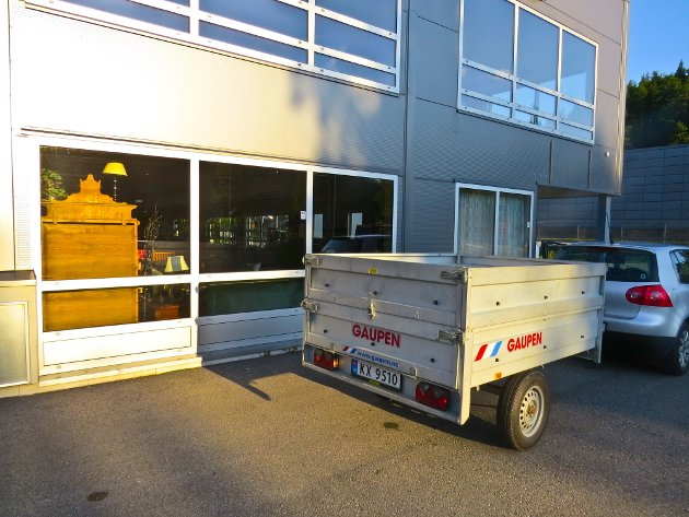 STORE VARER: Den planlagte bruktbutikken på Moane har også plasskrevende varer som krever hengertransport både ved levering og kjøp. Bildet er tatt utenfor den foreløpige stengte butikken på Moane.