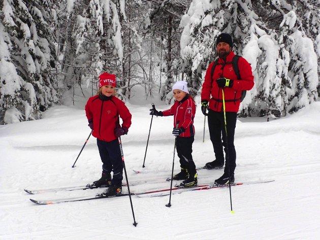 Om Løken: Ingrid Grønli Syvertsen, Celina Ross og Fredrik Syvertsen fra Reistad gikk runden fra Solvang om Løken.
