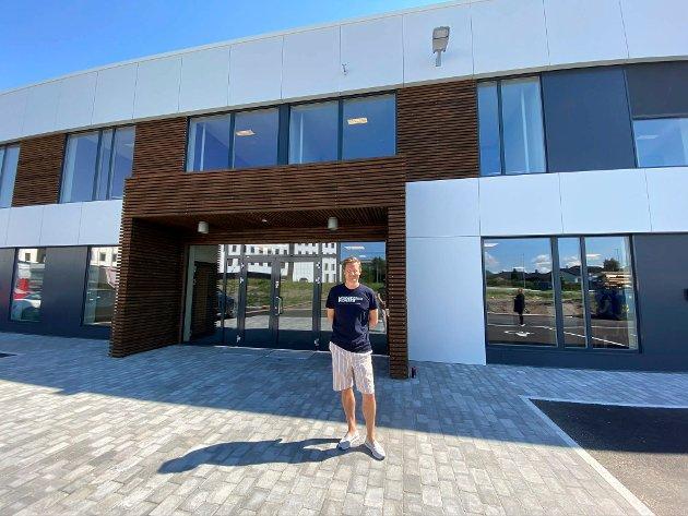 Torstein Myklebostad er  administrerende direktør i Rottefella og skal vise oss rundt i Rottefella-bygget. Vi begynner foran hovedinngangen. Rottefella overtok bygget mandag 15. juni. Det er Bjørn Rune Gjelstens selskap Fabritius gruppen AS som eier eiendommen.