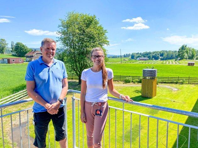 Godt både inne og ute: Avdelingsleder Trond Aasland og miljøterapeut Tonje Mørch Hansen er glde for det deilige uteområdet de har til disposisjon.