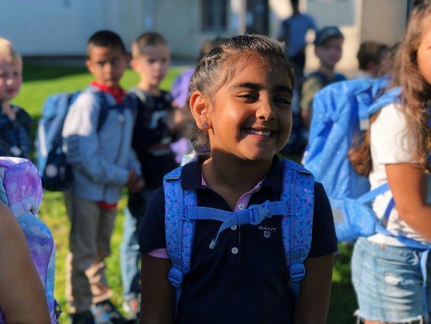 Står på rekke: Amber Kaur (6) står i rekke og venter på å få komme inn på skolen.