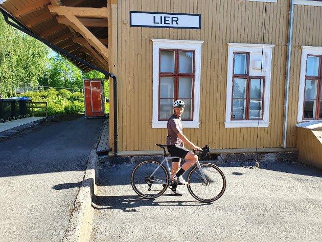 Avgang: Fra stasjonsbygningen i Lierbyen starter vi på en familievennlig tur med mye historie og naturopplevelser