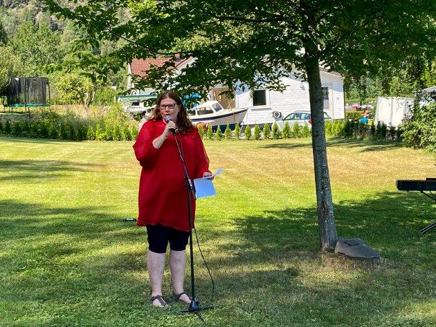 Los under hele minnemarkeringen på Svangstrand var kulturskolerektor Frøydis Rui-Rahman, som kunne fortelle at også hun har mange minner fra Utøya.