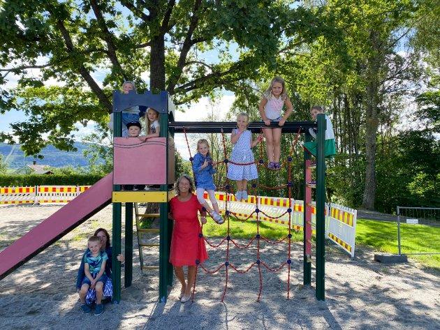 Årets førsteklassinger: Hele første trinn på Oddevall skole samlet seg i klatrestativet på skolen sammen med lærer Ellen Lysenstøen.