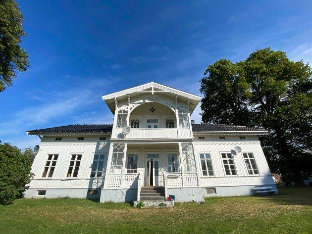 Historisk gård: Store Gilhus gård ligger nærmest majestetisk blant trærne i det historiske hageanlegget. Men gården trenger både oppussing og kjærlighet - spesielt innvendig.