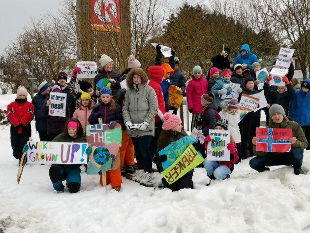 7. klassingene ved Ramberg skole streiket for miljøet fredag.