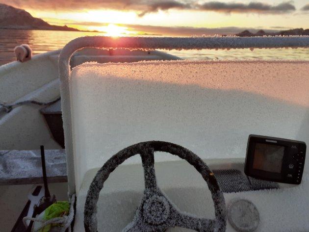 Bruker du den lyse tida på dagen, er det nok tid til en tur på havet i åpen båt 18. januar.  Komfortabelt er det derimot ikke.