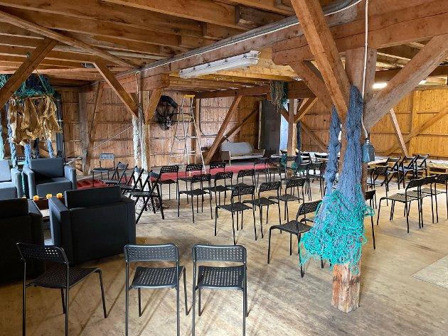 Fra innsiden av det gamle fiskebruket på Hamnøy. Her blir det konsert og utstilling.