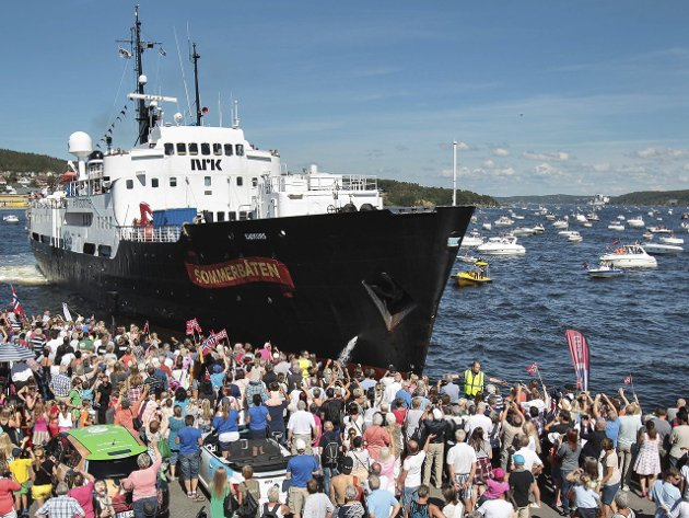 Et hav av folk og småbåter: Sommerbåtens anløp til Moss var veldig populært. Klokken 11.15 lørdag bærer det ut sundet igjen.
