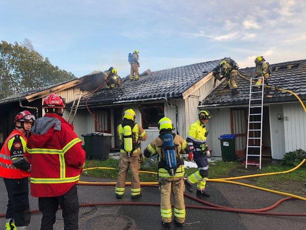 ETTERSLOKKING: Brannvesenet jobbet torsdag kveld med etterslokking.
