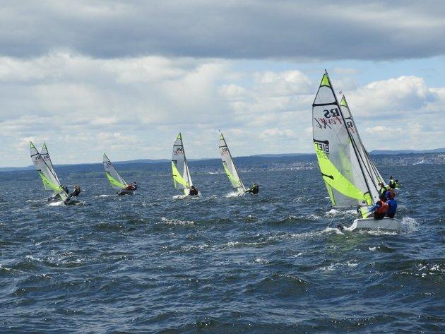 Dette er RS Feva'ene som seiler i mye vind på søndagen utenfor Revlingen. I båten til høyre seiler Benjamin Grøndahl og Jacob Berg fra Moss.