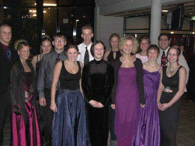 2001: Felles skoleball for de videregående skolene. Festen ble holdt på Malakoff skole, og her ser vi halve ballkomiteen.