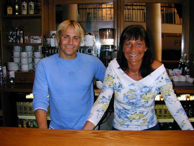Utestedet Møllehaven åpnet kafé på dagtid i 2003.. Daglig leder av Møllehaven, Ans Roos sammen med kafévertinnen Siv Gjølme. Kaféen het Møllehaven Café.