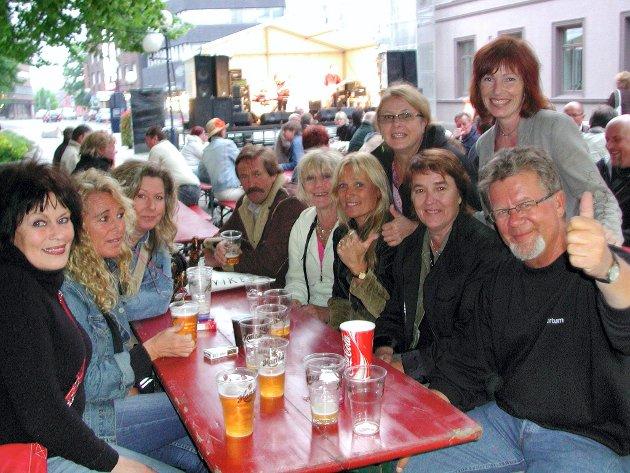 2006: På konsert i gågaten. Fra venstre og rundt bordet: Kirsten Settli, Irene Walle, Jorunn Veselka, Erik Rønning, Grethe Freng Iversen, Kari Lindberg, Sissel Ogden og Georg Ogden. Stående fra venstre: Torunn Ogden og Lise Gulbrandsen.