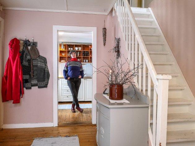 HAR FUNNET ROEN HER: Kristine stortrives i det lyse landlige hovedhuset på Helle gaard. Her er det lyse farger og naturlige materialer i treverk som dominerer interiøret.