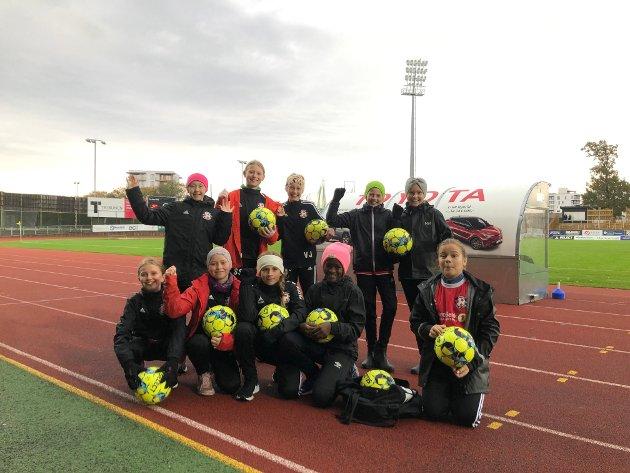 BALLHENTERE: Ekholt Ballklubbs J2010 og J2011 hadde entusiastisk påtatt seg ansvaret å være ballhentere.