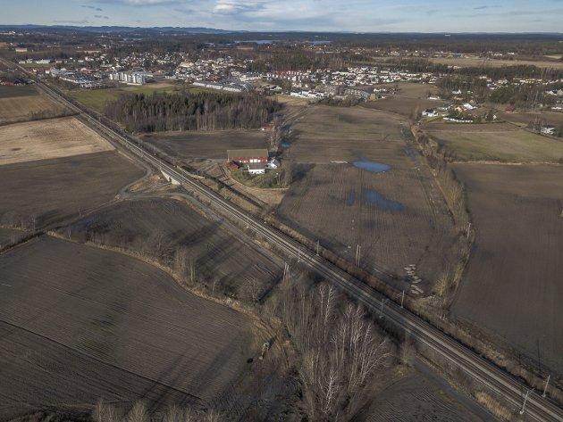 KRITISK: Vigdis Stapley er kritisk til departementets foreslåtte plassering av togparkering på Gon i Rygge. Gården ligger midt i bildet og parkeringen er foreslått like i nærheten. foto: terje holm