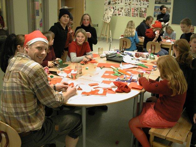 2000: Lærer Torgeir Olsen i kreativ førjulslek med elever under åpen dag på Refsnes skole.