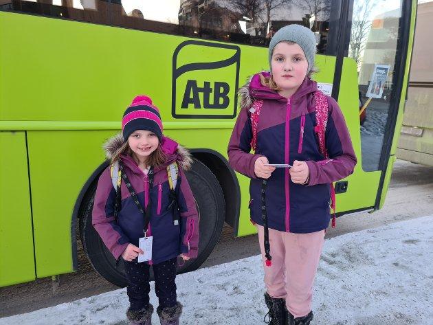 UBEHAGELIG OPPLEVELSE: Søstrene Vilde Malene Huse Bull (9) og Emilie Bull Skillingsås (6) syntes det var ubehagelig da Securitasvaktene hadde kontroll på skolebussen.