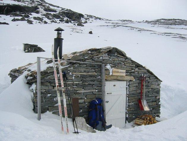 LOENNECHENBUA: Nord på Dovrefjell finner du denne bitte lille steinbua med et kombinert sove- og oppholdsrom.