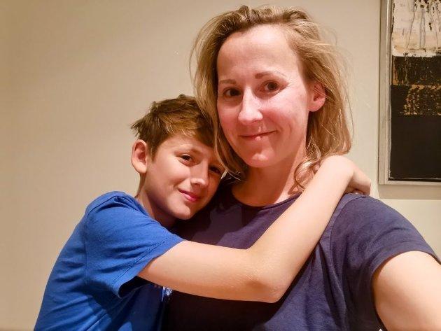 ISOLERT: – Alt gikk braog vi har unngått smitte i 17 måneder – helt til skoleåret brakte løs, forteller Siri Therese Flamme-Larsen, her avbildet med sønnen Jonathan Flamme Foseid.