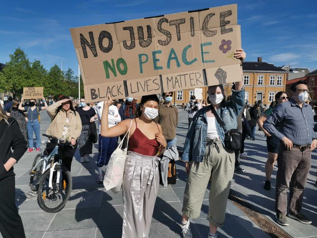 No justice, no peace ble gjentatte ganger ropt taktfast fra scenen og blant publikum.