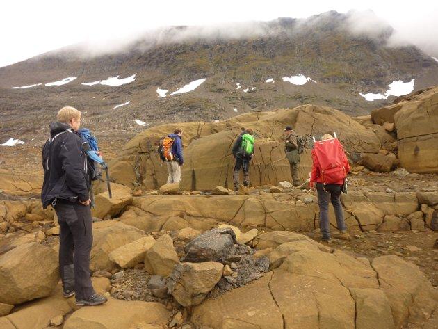 Geologer på leting i fjellet ovenfor Reinfjord i Kvænangen i 2013.