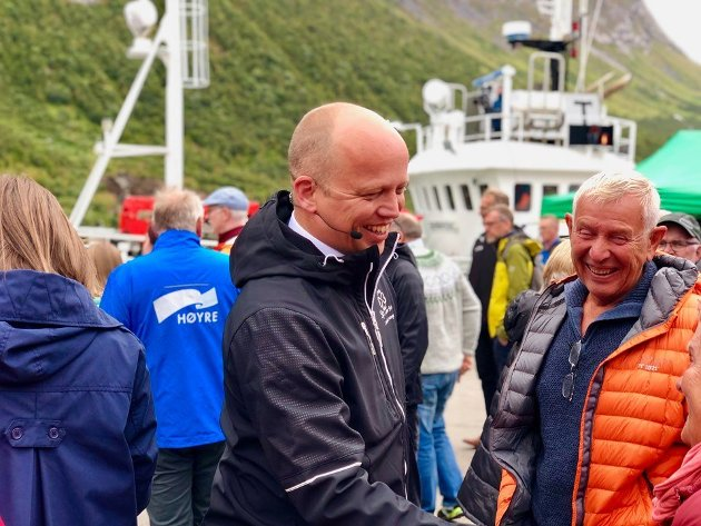 Partileder Trygve Slagsvold Vedum i hyggelig samtale under Husøydagan. Men det Senterpartiet måtte ha av fiskeripolitikk forsvinner i forhandlinger om markedsadgang for fisken. For da vinner landbruksproduktene.