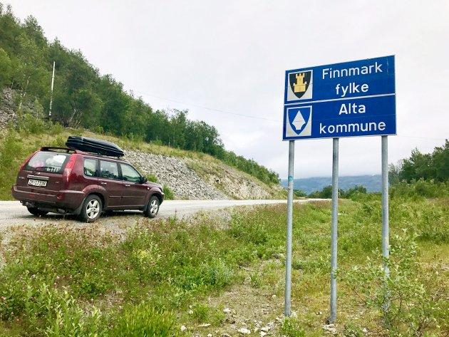 Slik så det ut på den gamle fylkesgrensen i Langfjordbotn i 2017. Nå er det åpent spørsmål hvilken fylkeskommune Alta skal tilhøre i framtida.