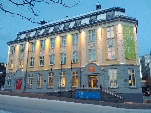 Nordnorsk Kunstmuseum trenger en større formidlingsarena i Tromsø. Utstillingsrommene bør ha en størrelse som gir plass til både en fast basisutstilling og skiftende utstillinger. Å drive et fullverdig kunstmuseum krever dessuten arealer for mange ulike museumsfaglige funksjoner. Dette lar seg ikke innpasse i vårt nåværende tilholdssted.
