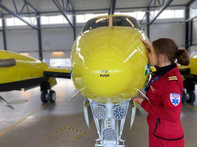 Vi ser nå på hvordan vi kan samarbeide med pilotstudiet ved UiT Norges Arktiske universitet for at flere jenter skal få øynene opp for dette flotte yrket, skriver daglig leder Marius Hansen og ambulansepilot Anette Vreim (bildet) i Babcock.