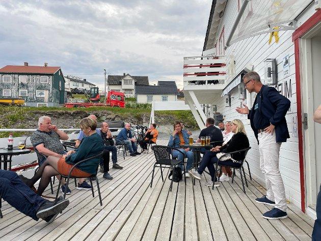 Fiskeri- og sjømatminister Odd Emil Ingebrigtsen møter lokale fiskere på Nissepuben i Mehamn 7. juli i år.