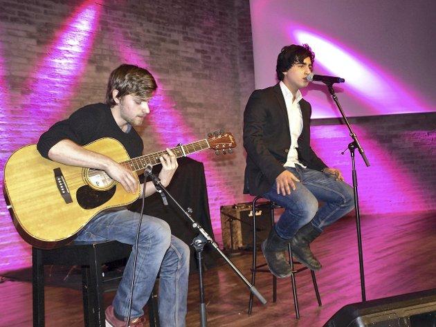 POPBALLADE: Amir Baharian (15) sang låta Fall av Justin Bieber, med Marcus Andrè Bekkelund på gitar. (Alle foto: Janina Lauritsen)