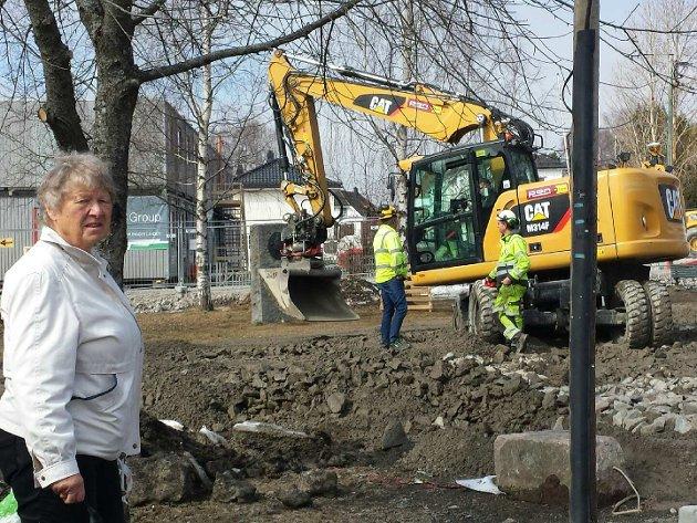 Elen Roaldset ved Marienlunden. Hun er opprørt over hvordan Sporveien har forvandlet grøntområdet og minnelunden til en anleggsplass/parkeringsplass. Foto: Helge Amundsen