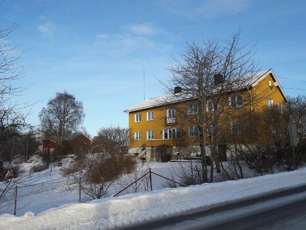 Hovedbygningen, hagen og stabburet på Oppsal gård.
