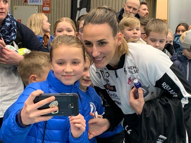 SELFIE: 11 år gamle Isabel Celine Grimlid sammen med Vipers`landslagsspiller Marta Tomac.