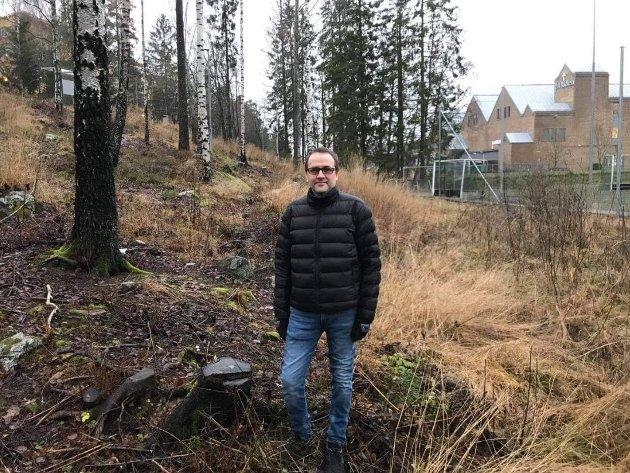 VIL HA SVØMMEHALL: Åsmund Grindeland på tomta som bydelsutvalget enstemmig har vedtatt at skal settes av til en fremtidig svømmehall