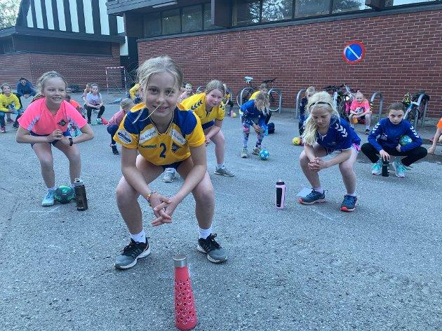 TRENER LÅRENE: Emmy Amundsen Westby på trening med BSKs 2010-årgang på asfalten utenfor Ekeberghallen. Her er det lårene som får kjørt seg.