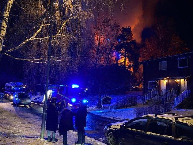 Det var like rundt halv syv at det kom inn meldinger om kraftig brann i et rekkehus på Lambertseter.