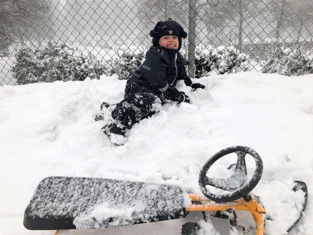 Johannes Aashamar Nyheim (3,5) syntes det var helt topp å våkne opp til vinter. Den blide gutten fra Munkerud måtte hoppe av snøscooteren og ta noen rullerunder i snøen på vei til barnehagen.
