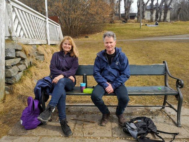 Ekteparet Hans (57) og Liv (60) Rygh fra Bekkelaget tok med seg niste og kaffe for å nyte langs strandkanten.